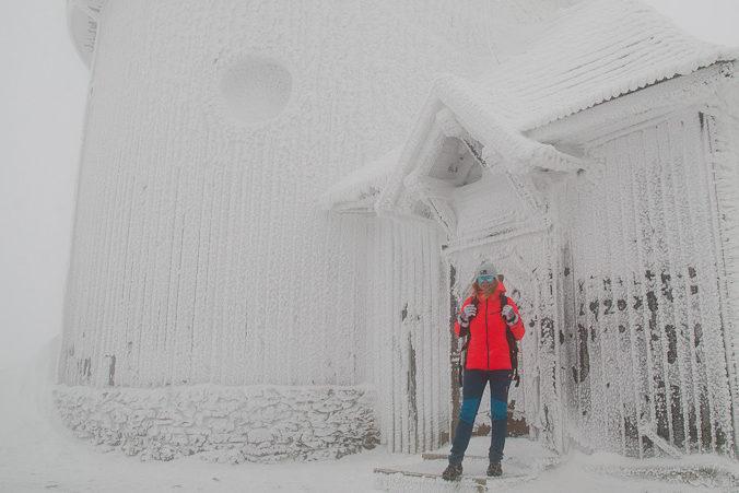 sniezka-zimowe-wejscie-kaplica-sw-wawrzynca